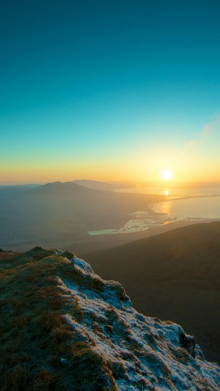 blauer Himmel, ein Sonnenaufgang über die Seen, ein Tal, Bildschirmhintergrund, sehr schön
