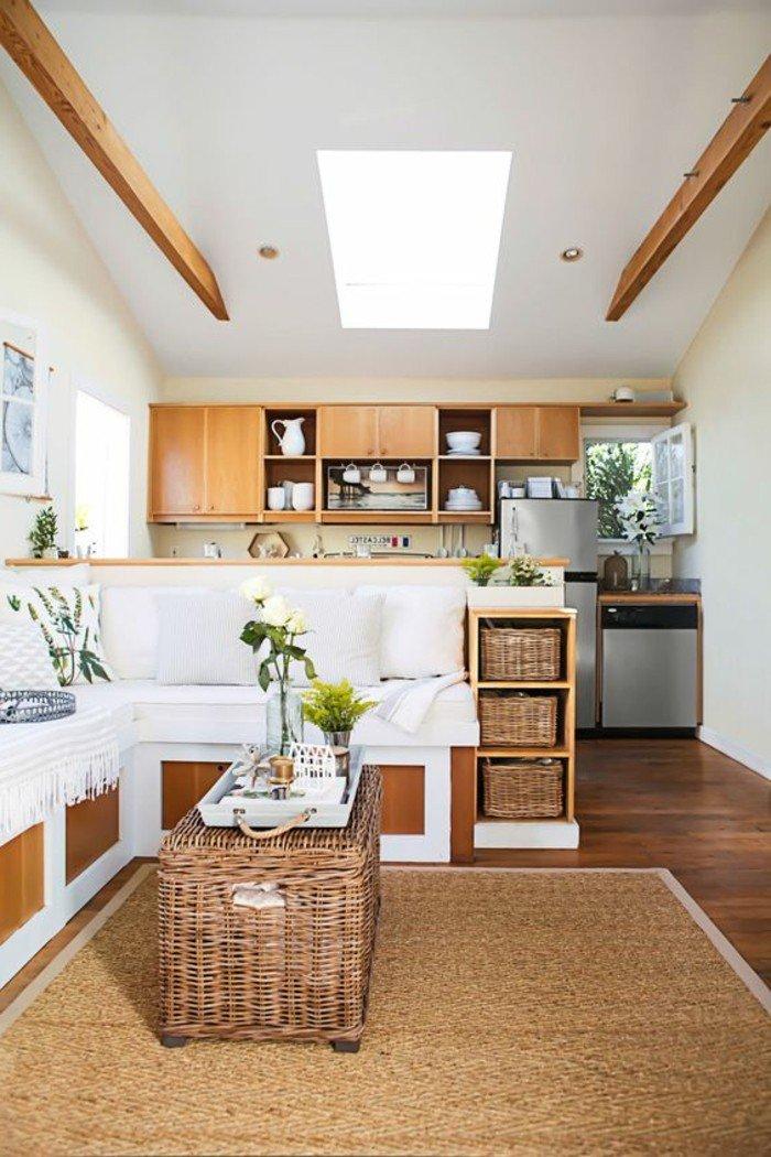ein brauner Teppich, Rattantisch, rustikales Ambiente, eine Eckcouch, Wohnzimmer gestalten