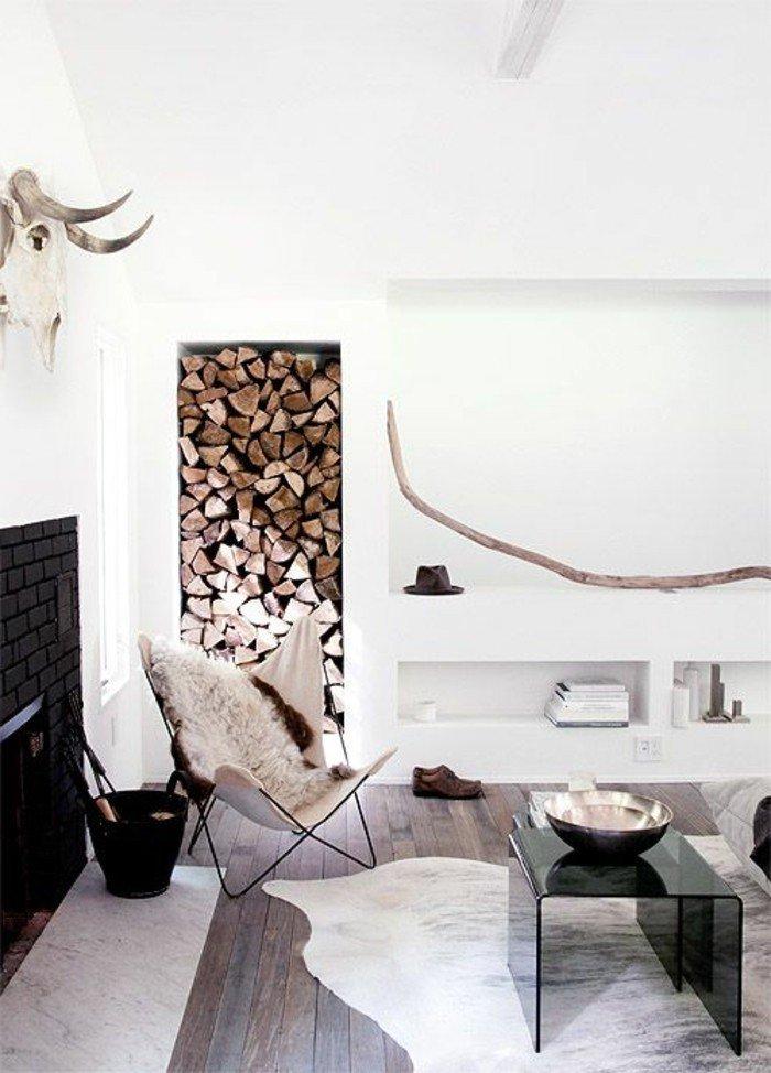 ein Kamin mit schwarzen Backsteinen, ein Sessel, Holz an der Wand, Diele am Boden, Wohnzimmer gestalten