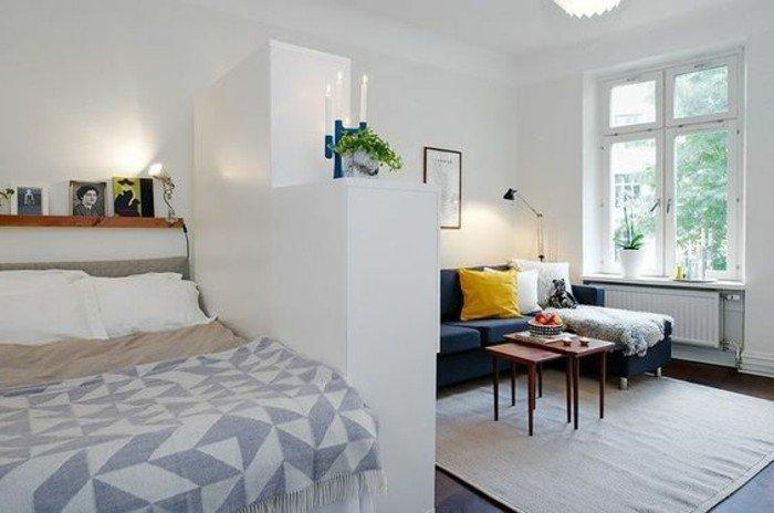 Wohnzimmer gemütlich, ein Zimmer in zwei Teilen, Schlafzimmer und Wohnzimmer, gelbes Kissen