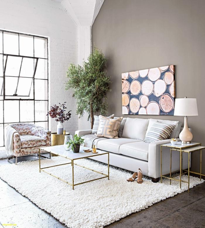 Wohnzimmer Ideen Wandgestaltung, weißer Teppich, ein weißer Couchtisch, eine Zimmerpflanze in der Ecke
