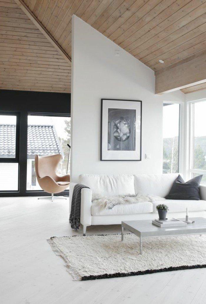 eine schneeweiße Couch, Teppich in weißer Farbe, ein graues Kissen, kleine Räume einrichten