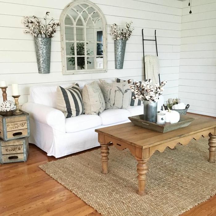 weißes Sofa, ein brauner Teppich, ein brauner Tisch, braune Kissen, zwei Vasen mit Blumen, Wohnzimmer Ideen Wandgestaltung