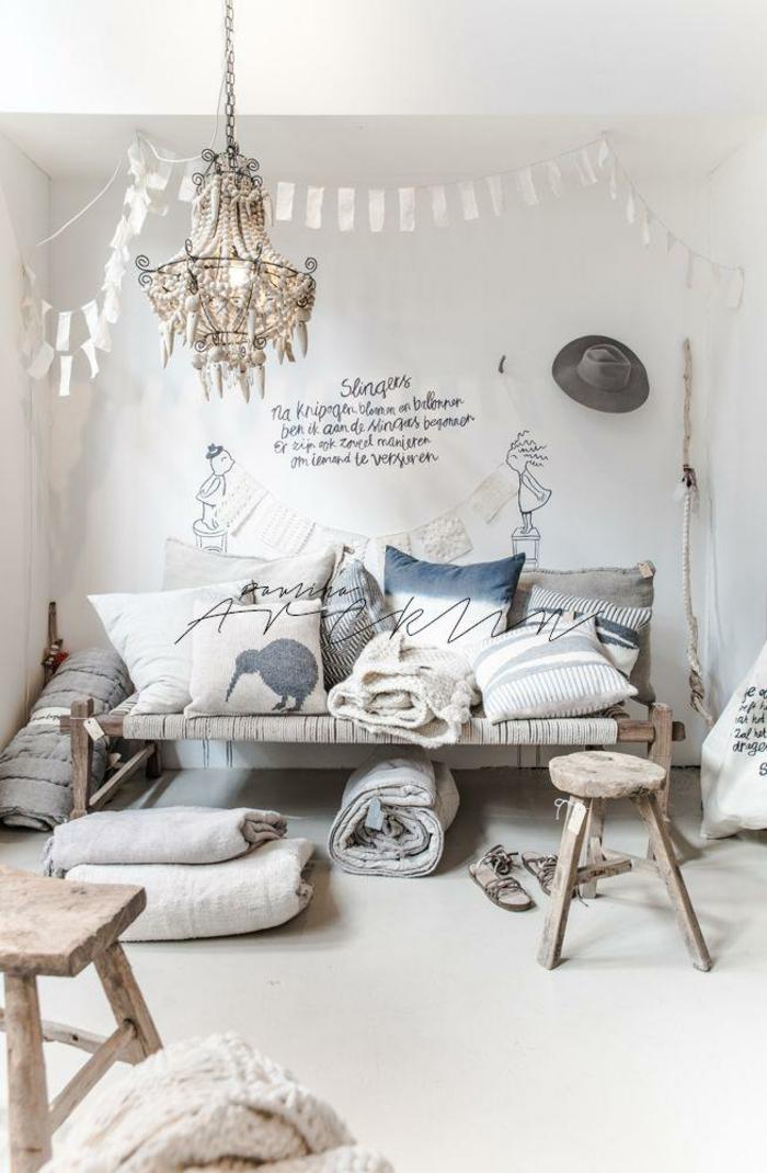 weiße Wände mit gezeichneten Figuren und einem Zitat, Wohnzimmer Ideen Wandgestaltung,