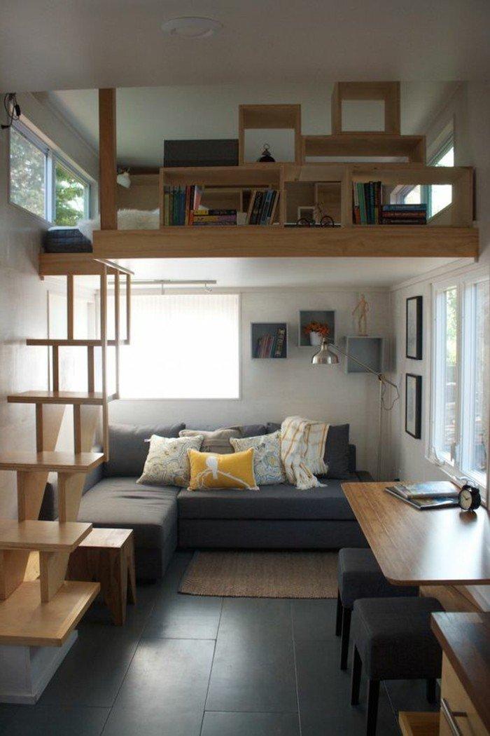 ein graues Sofa, eine Wohnung auf zwei Stöcke, ein grauer Boden mit Fliesen, kleines Wohnzimmer gestalten