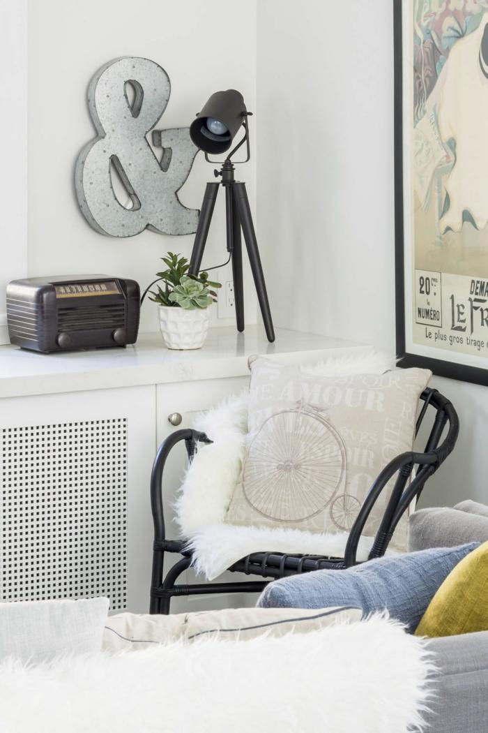 weiße Wandfarbe, ein schwarzer Sessel mit weißem Kissen, Wohnzimmer Ideen Wandgestaltung