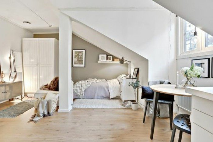 ein Laminatboden, Einzimmerwohnung mit verschiedenen Breichen zum Schlafen, Erholung usw.