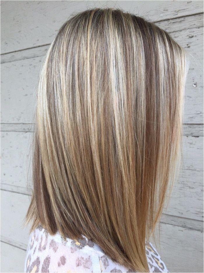 weiße wand aus holz und eine frau mit haare miz langen blonden strähnchen, idee für eine frisur für damen