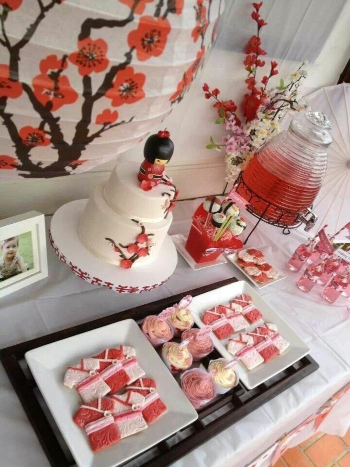 rosa und gelbe Süßigkeiten, wie Sakura Blätter, japanische Kirschblüte, eine Torte mit japanischen Motiven, Geburtstagsdeko