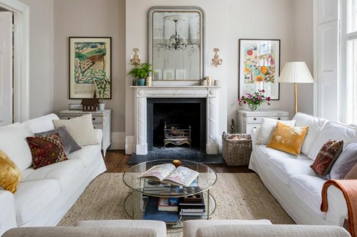 weiße Sofas, brauner Teppich, bunte Wandbilder, eine Einrichtung nach Feng Shui, Wohnzimmerwand,
