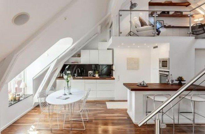 Regale mit kleinen Dekorationen, weißes Sofa, ein weißer Tisch, eine Theke, Wohnideen Wohnzimmer