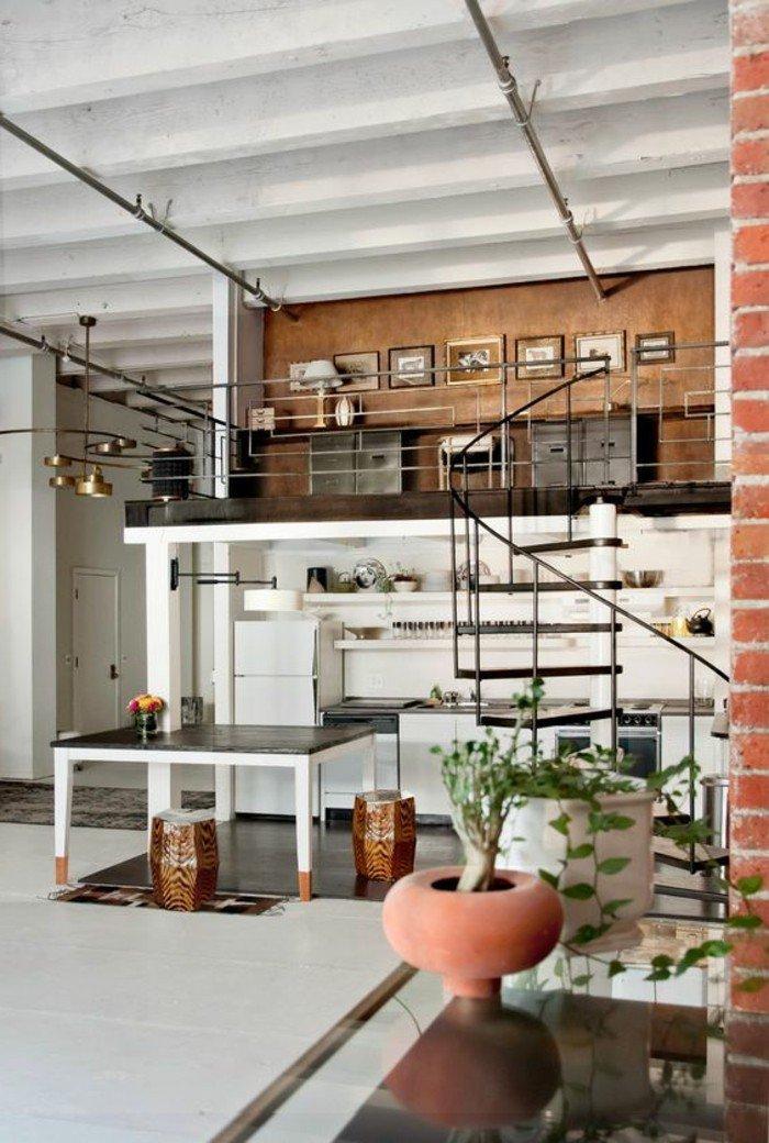 eine Wendeltreppe, eine Vase und ein Blumentopf, kleine Bilder, ein Tisch, ein Kühlschrank, Wohnideen Wohnzimmer