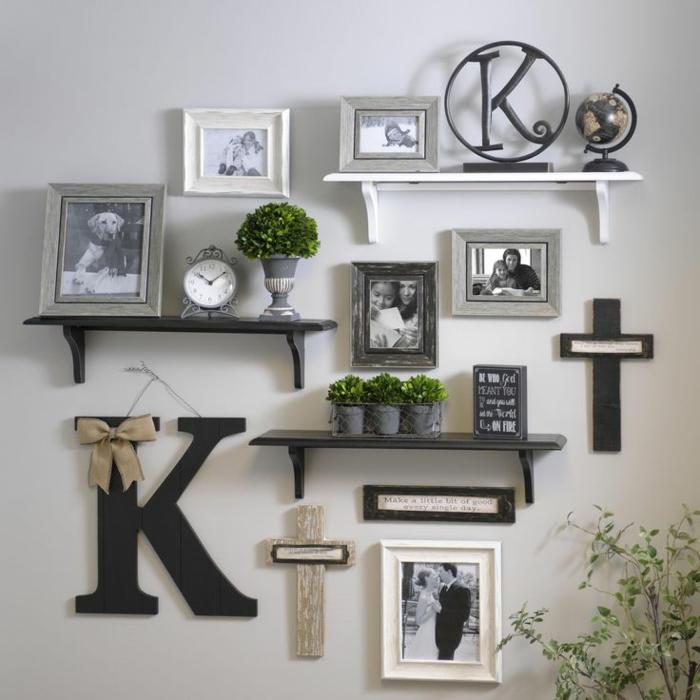 schwarz weiße Wohnzimmerwand, schwarz weiße Bilder, der Buchstabe K, einige Kreuze