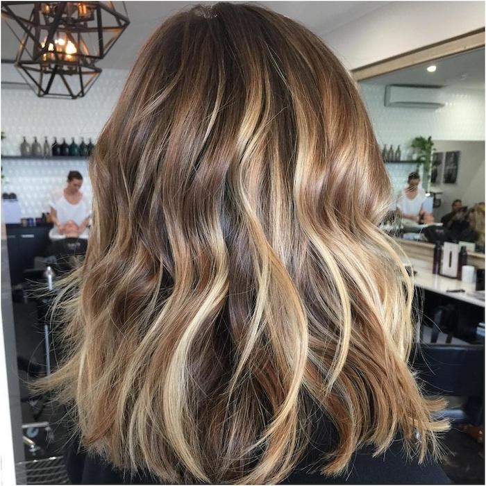 haare einer jungen frau mit langen blonden strähnchen, eine idee für eine damen frisur, strähnchen färben