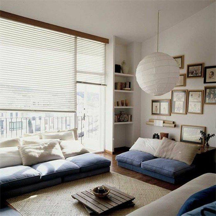 ein brauner Teppich, blaue und weiße Kissen, ein brauner Teppich, Rollos, Wohnzimmer Wohnideen