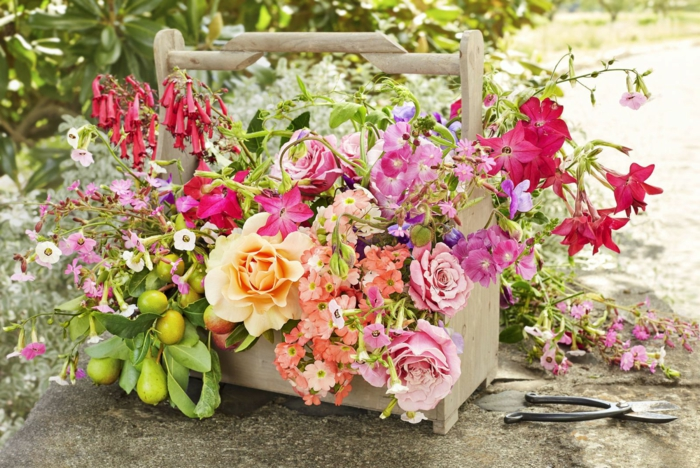 Geburtstagsdeko, rosa und orange Blumen, in einem Blumenkasten aus Holz, Geburtstag im Frühling