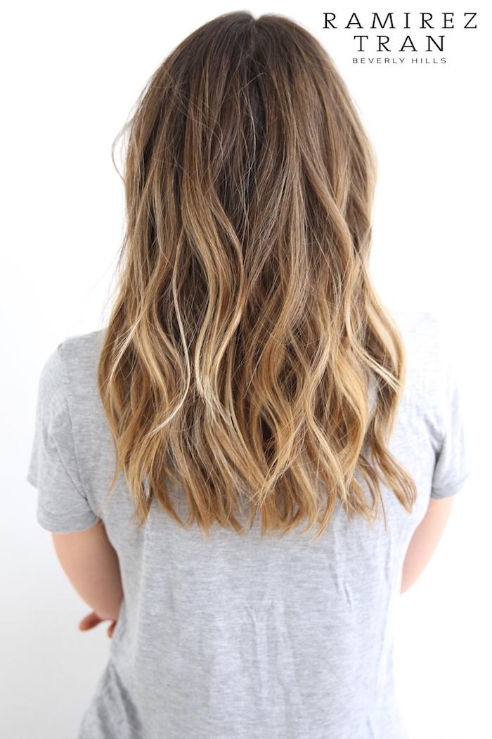frau mit haare mit langen blonden strähnchen, eine idee für damen frisur, frau mit weißem t-shirt