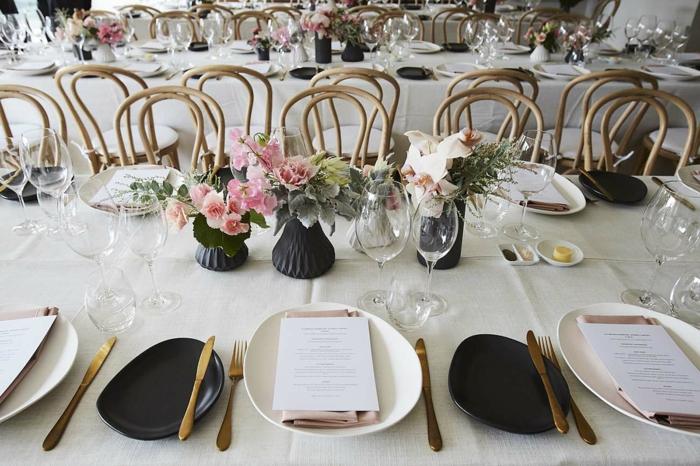 weiße und schwarze Teller, schwarze Vasen mit rosa Blumen, 50 Geburtstag Frau, eine große Party