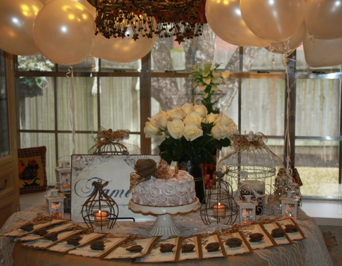 50 Geburtstag Frau, gelbe Ballons, weiße Rosen, eine Reihe Grußkarten, Sahnetorte, Teelichter