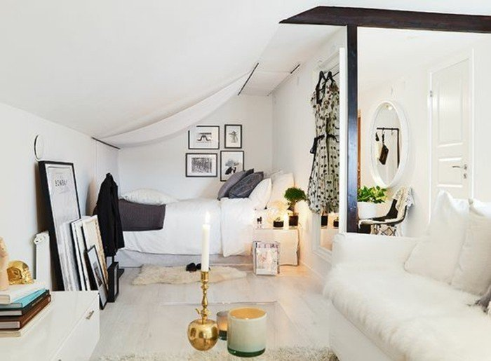 ein weißes Sofa, eine kleine Dachwohnung in Studentenheim, Einrichtungsideen Wohnzimmer