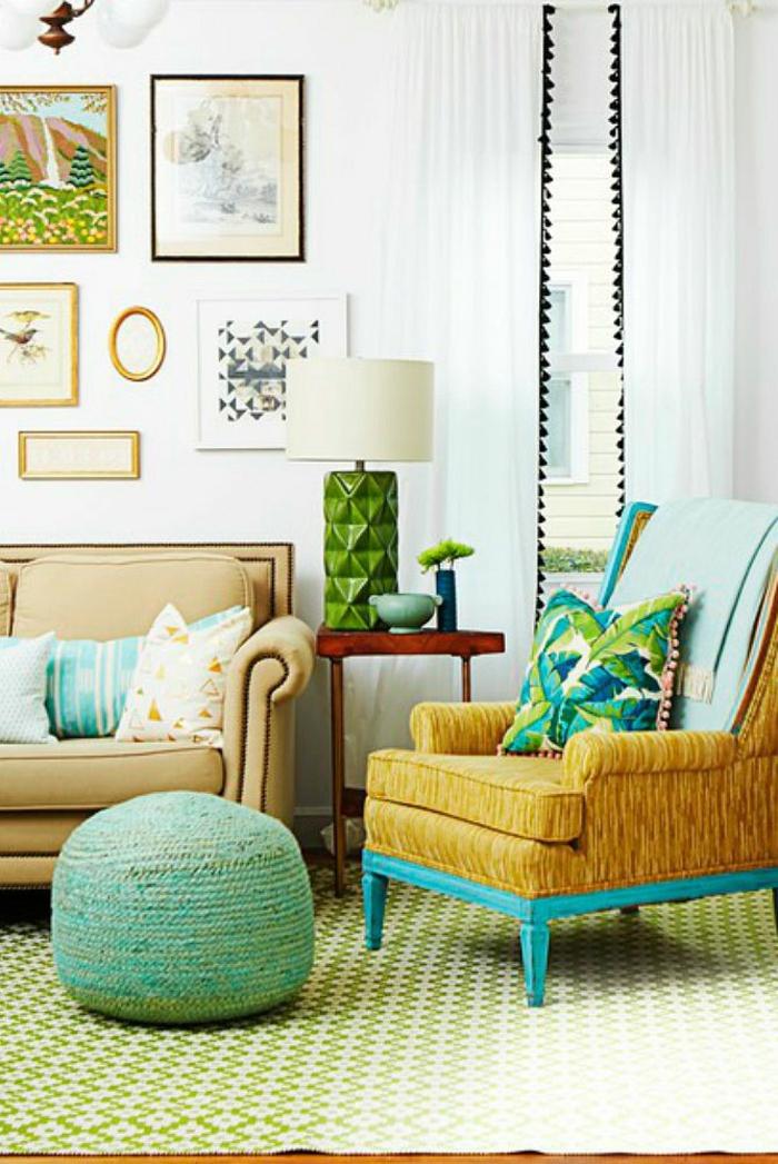grüner Teppich, braunes Sofa, blauer Hocker, ein grüner Teppich, weiße Wandfarbe, Wohnzimmer Farben