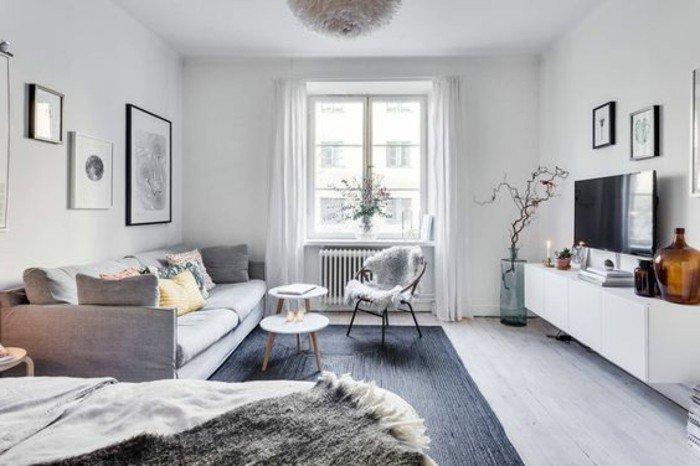 kleine wohnung schön einrichten und gestalten, sessel mit flauschiger bedeckung, fenster im zentrum der wand, sofa für zwei, großer fernseher