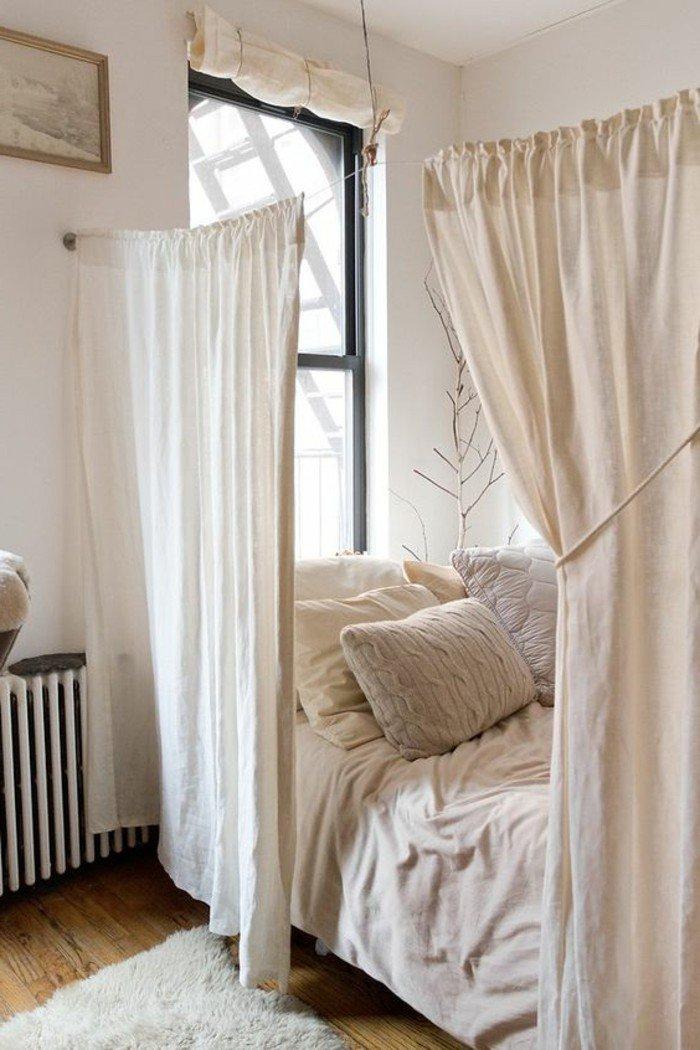 komfortables und elegantes zimmer einrichten, bett getrennt durch vorhänge, alles in farbe creme oder champagner, beige