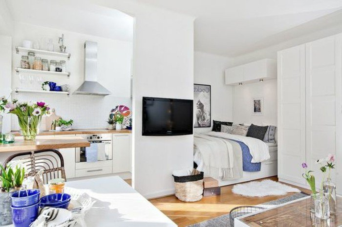 zimmer einrichten ideen zum entlehnen von archzine, kleine frensehwand teilt der wohnbereich vom schlafzimmer bzw bett, esstisch, küchenzeile. bett im selber raum