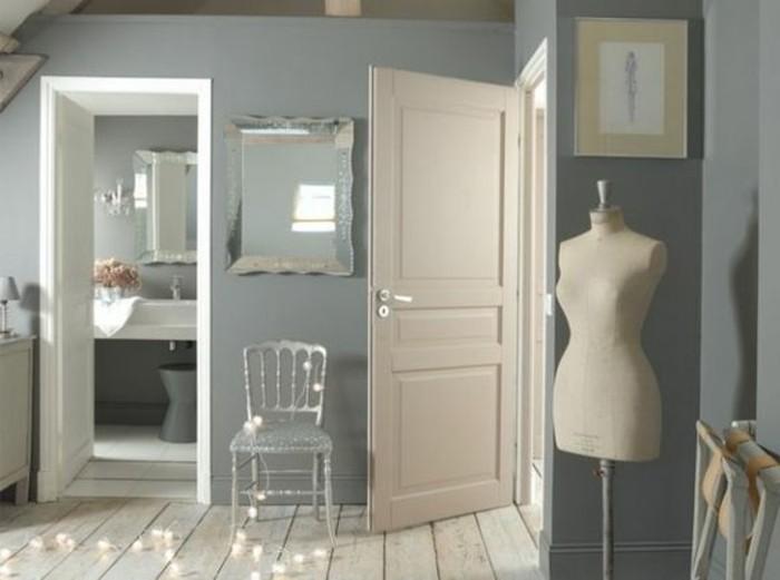 farbgestaltung ideen zum gestalten, graues zimmer, spiegel, mannequin, lampen winterlichter auf dem boden