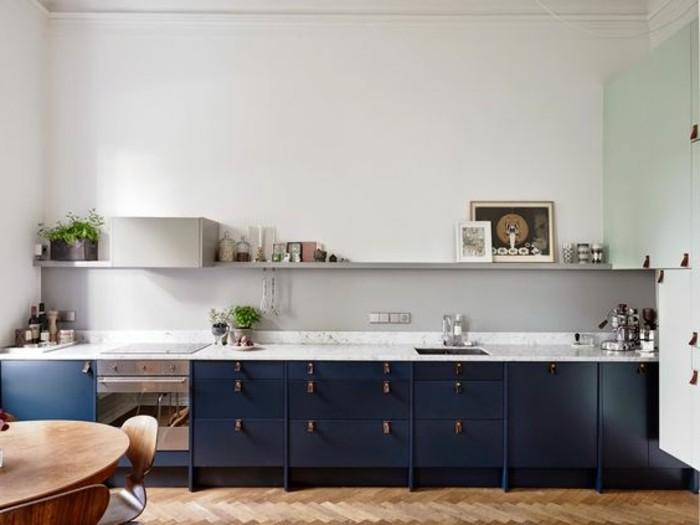 farbgestaltung graue wand, blaue küche, blau weiß mit grau kombinieren, küchen deko ideen