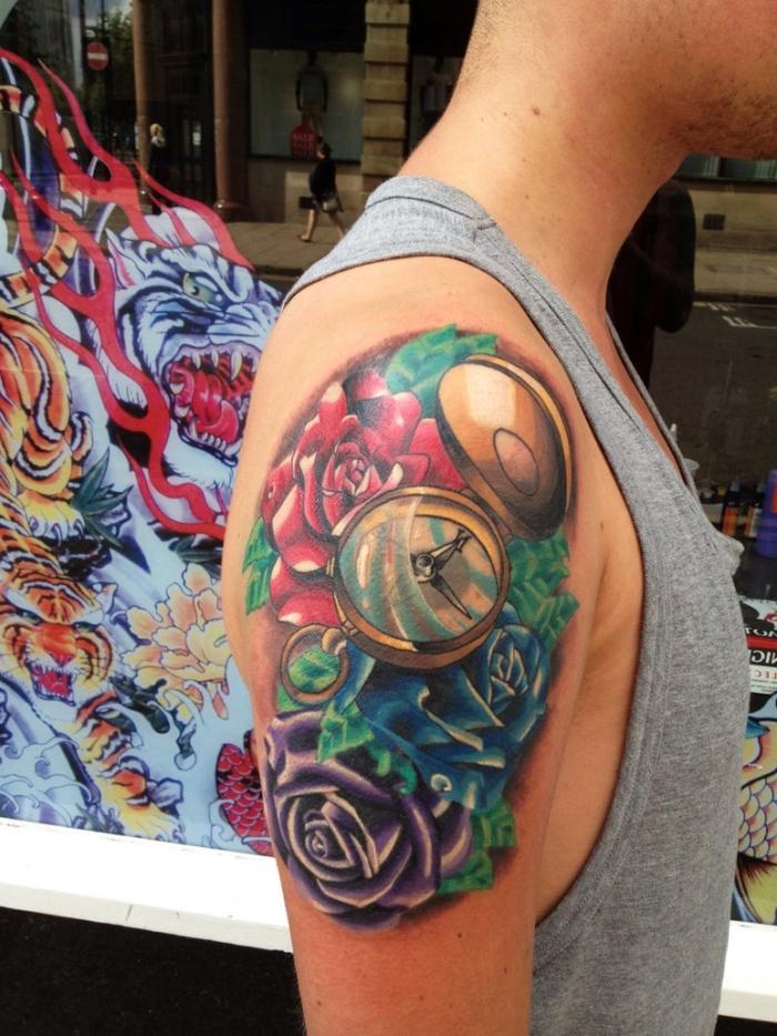 farbiges taschenuhr tattoo, lila, blaue und rote rose, goldene uhr, oberarm