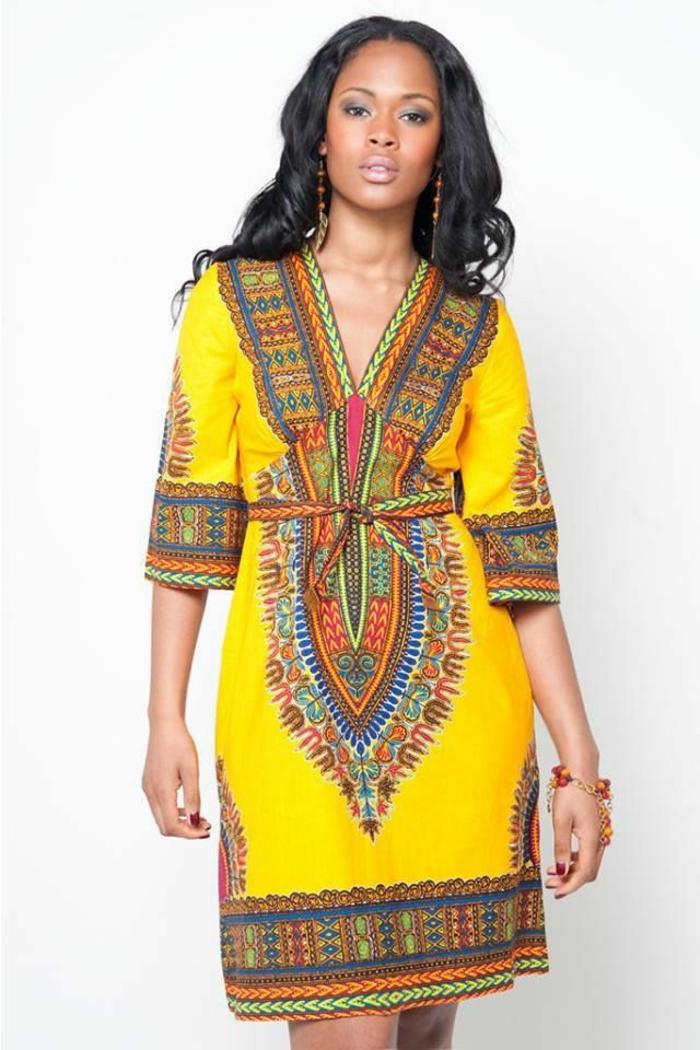 festliche damenmode zu besonderen afro ritualen und traditionellen anlässen, gelbes kleid mit bunten dekorationen