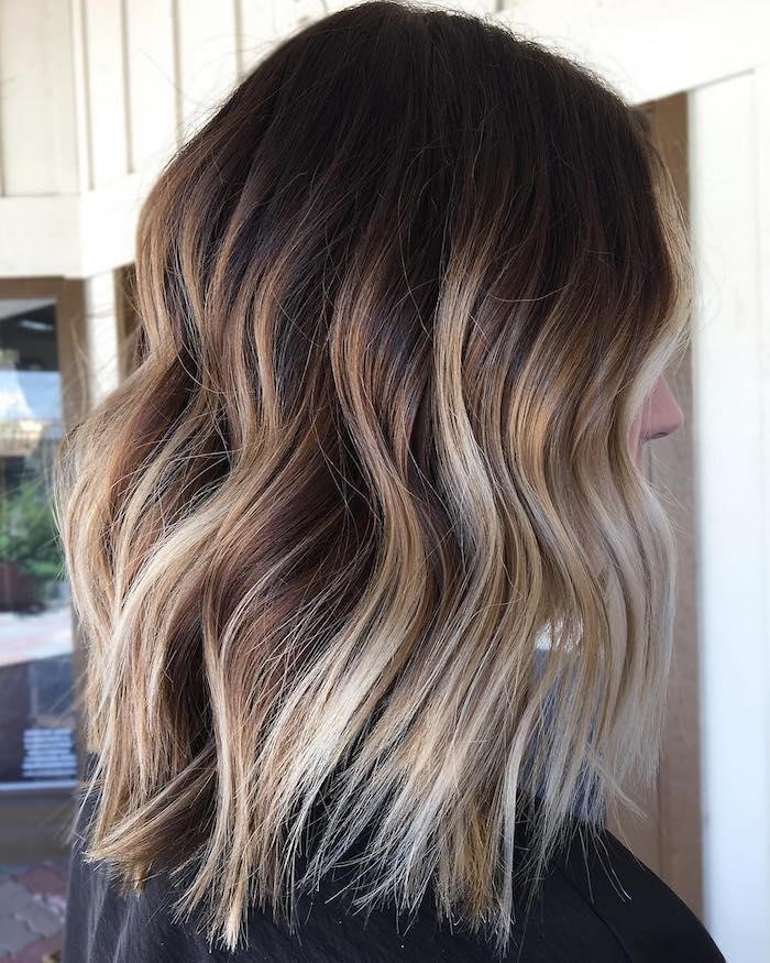 eine haare einer frau mit langen strähnchen, strähnchen blond färben anleitung, strähnchen selber machen