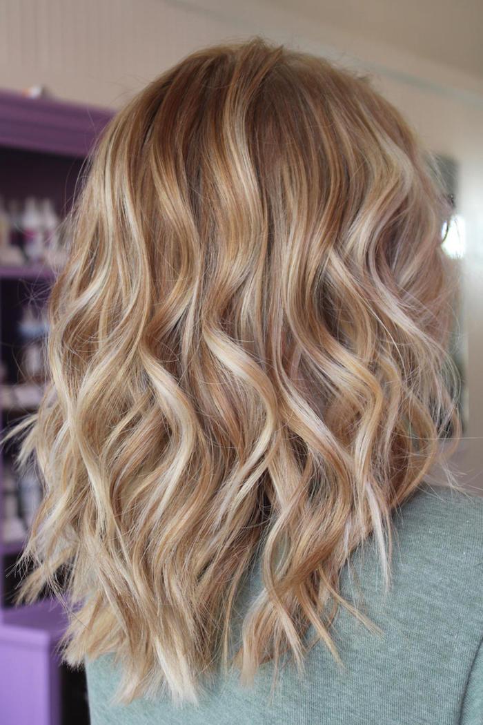 lange haare mit langen blonden strähnchen, eine frau mit einer trendigen frisur