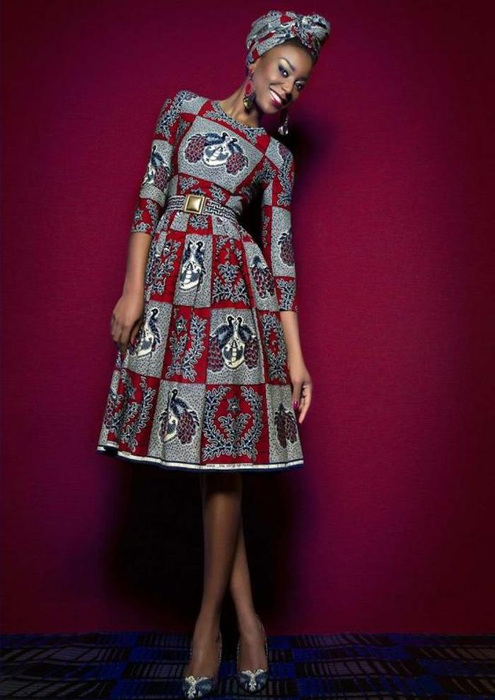 damenmode ideen und inspo von afrika, bourdeauroter hintergrund und eine schöne model in grau rotem kleid