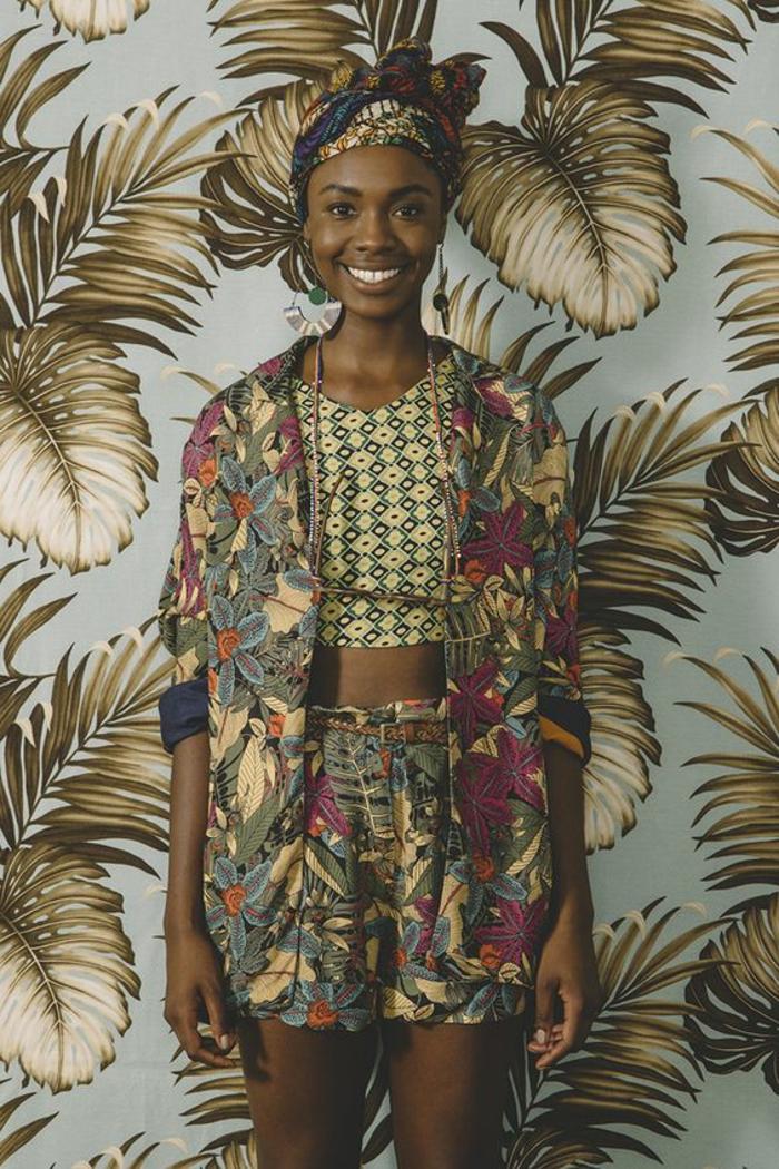 afrikanische damenmode, die mit der erde harmoniert, erdfarben, beige, braun, grün, lächelnde frau