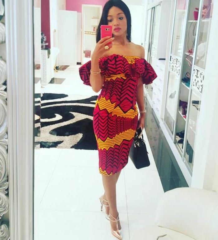 damenmode für junge frauen, die erstaunlich und trendy beim traditionellen stil aussehen wollen, rotes kleid mit gelber deko