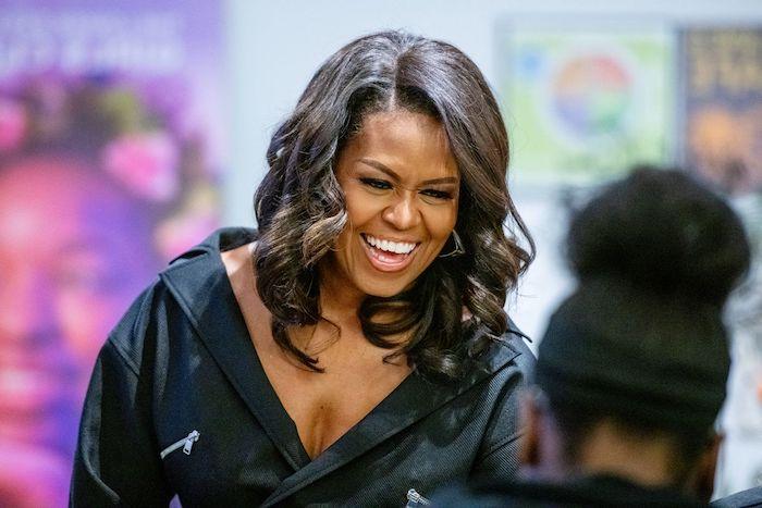 Michelle Obama Haarschnitt, mittellange lockige Haare mit Seitenscheitel, Frisuren für Damen ab 40