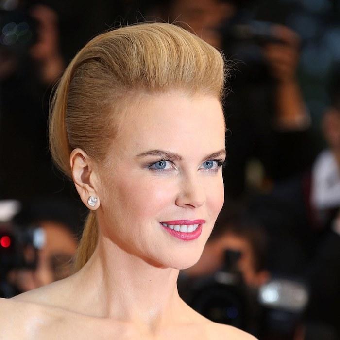 Nicole Kidman Hairstyle, mittellange blonde Haare, Smokey Eyes und roter Lippenstift, Frisuren für besondere Anlässe