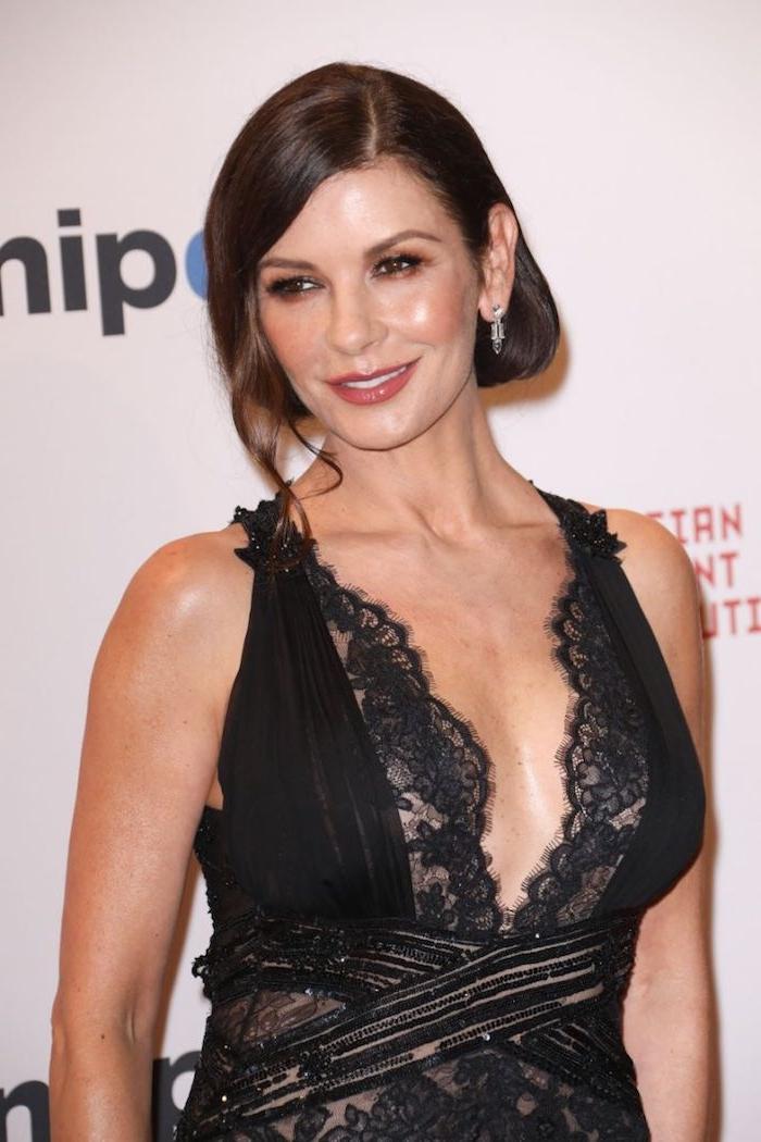 Catherine Zeta Jones Hairstyle, schöne Frisuren für besondere Anlässe, schwarzes Spitzenkleid mit V-Ausschnitt