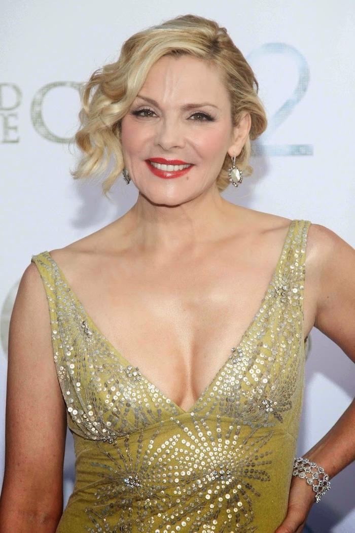 Kim Cattrall Hairstyle, halblange wellige blonde Haare, gelbes Abendkleid mit Pailletten und V-Ausschnitt, roter Lippenstift