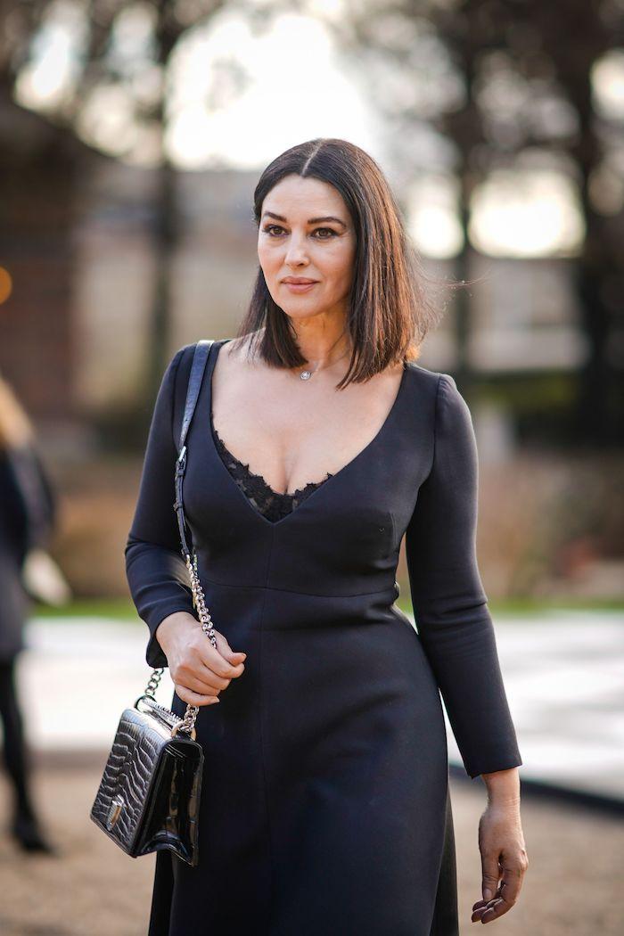 Monica Bellucci Hairstyle, schulterlange glatte Haare mit Mittelscheitel, schwarzes Kleid mit langen Ärmeln