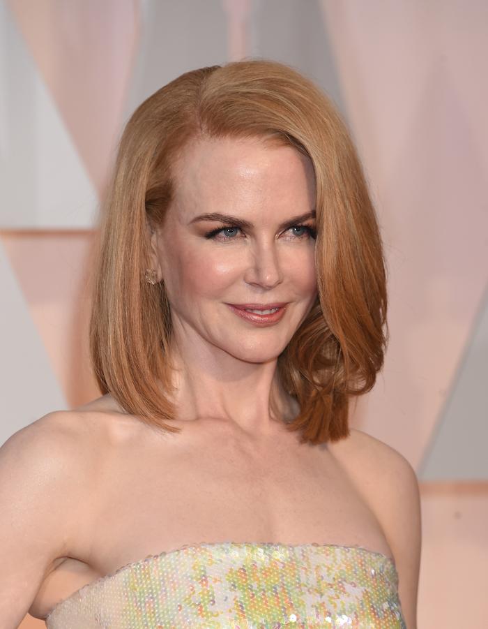 Nicole Kidman Bob Haarschnitt, goldblonde glatte Haare mit Seitenscheitel, trägerloses Kleid mit Pailletten