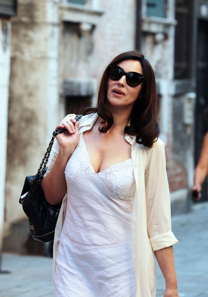 Schöne Haarschnitte für Damen ab 40, Monica Bellucci Hairstyle, weißes Outfit, schulterlange Haare