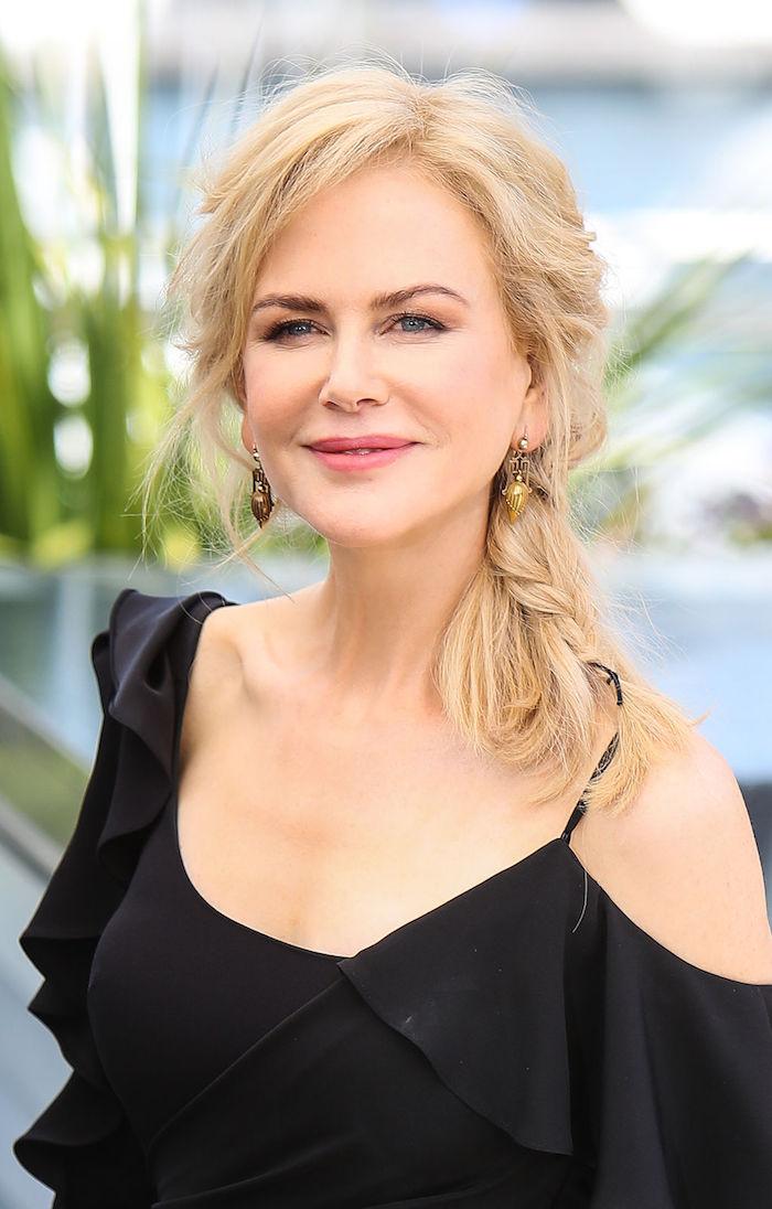Nicole Kidman Hairstyle, blonde mittellange Haare mit seitlichem Pony, schwarzes Kleid