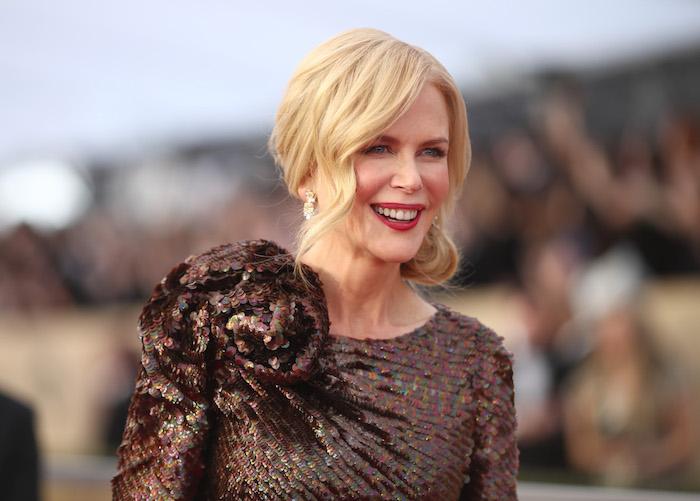 Nicole Kidman Haarstyle, halblange blonde Haare, seitlicher Dutt, braunes Kleid mit Pailletten, roter Lippenstift