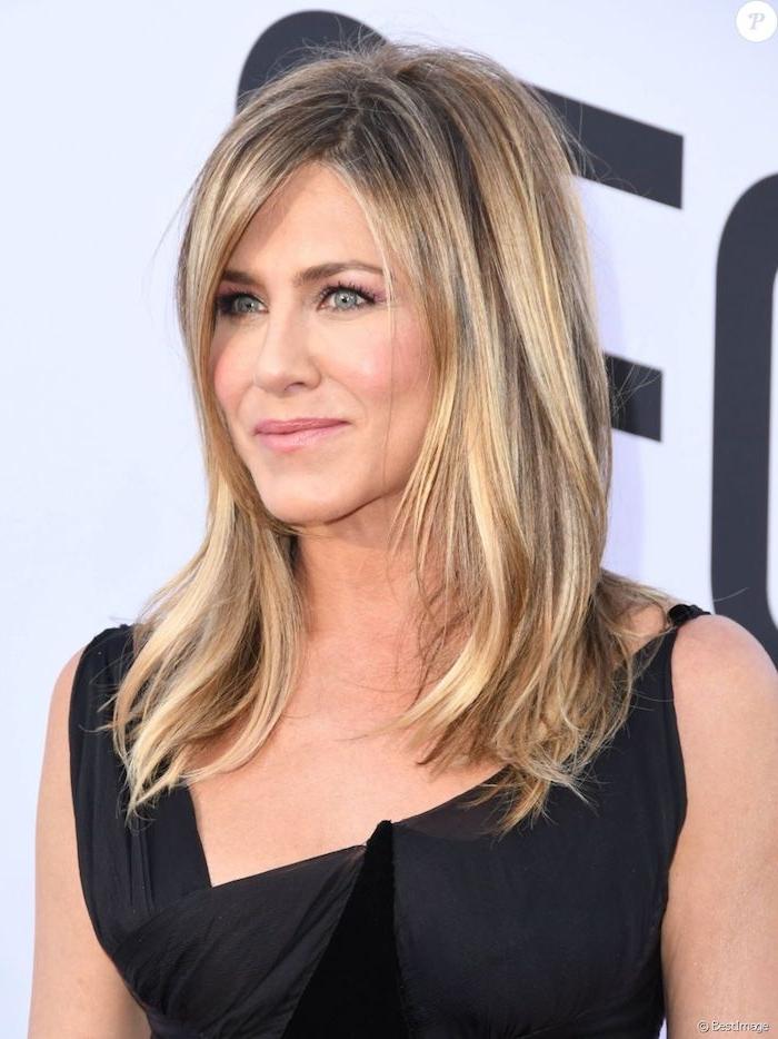 Jennifer Aniston Hairstyle, mittellange glatte Haare mit Strähnen, schwarzes Abendkleid