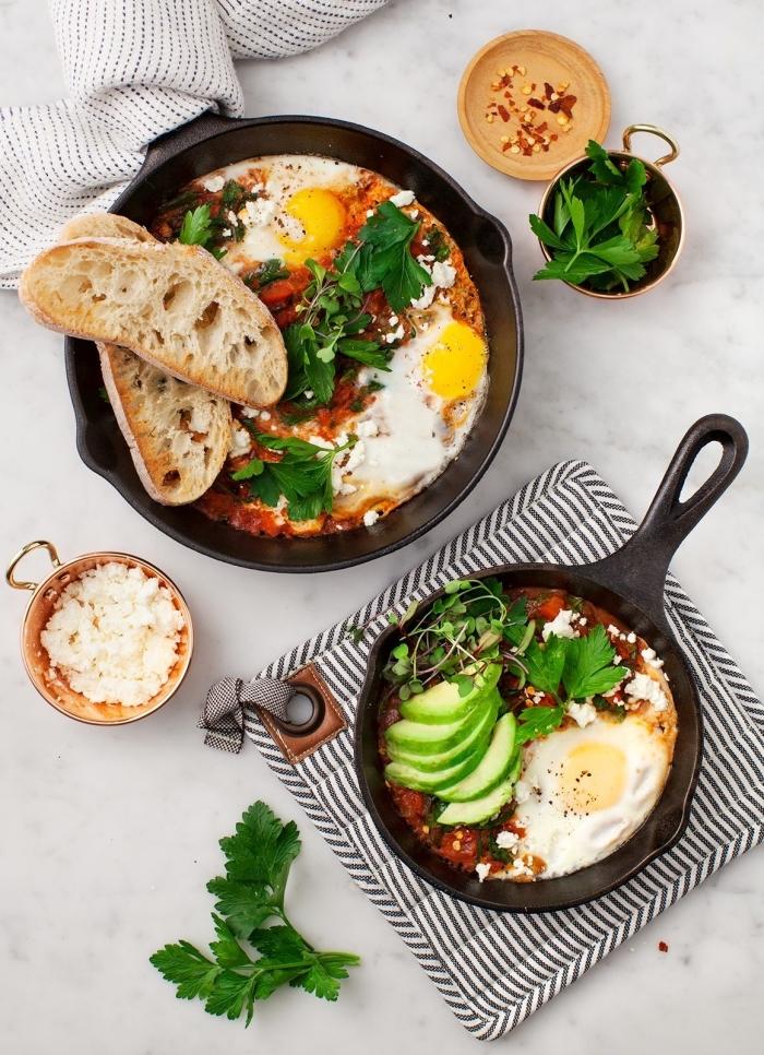 lange brottscheiben, eier mit avocado und tomatensoße, frühstück essen, petersillie