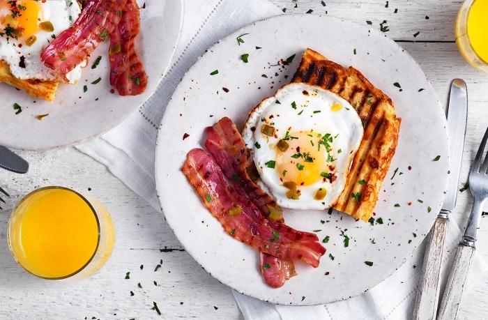 frühstück rezepte, eier mit bacon und gegrillter brotscheibe, glas mit orangensaft