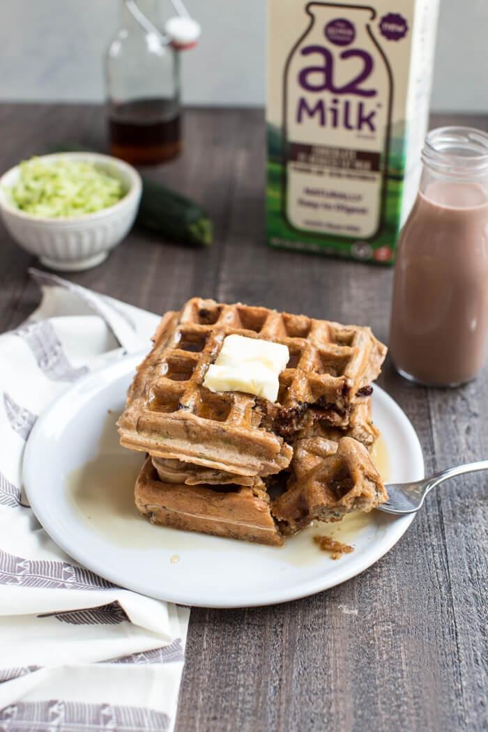 schnelle frühstück rezepte, waffeln mit weißer und milchschokoalde, flasche mit milch